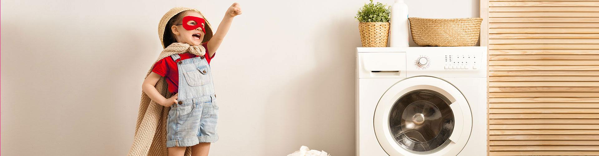 Unser Unternehmen ist voll mit Wäschehelden. Im Bild kleines Mädchen mit Cape und Augenmaske im Wäscherei-Pauli-Stil